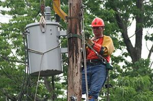 320px-Lineman_changing_transformer